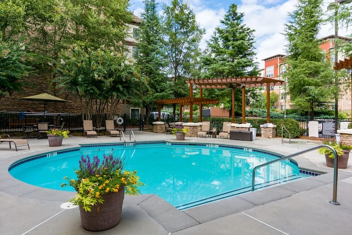 Queen Suite Near Transit + FREE Weekday Shuttle | Pool Access Included
