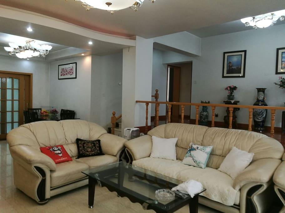 客厅:错层休闲厅及饭厅有四十平米左右