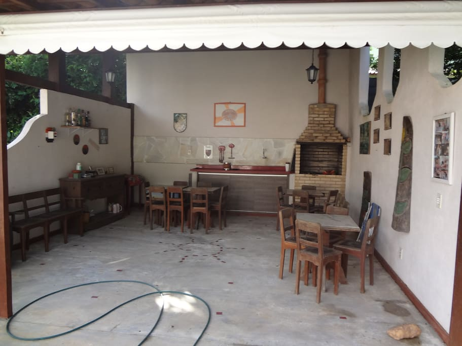 Café Nice, bar com churrasqueira, pia e mesinhas.