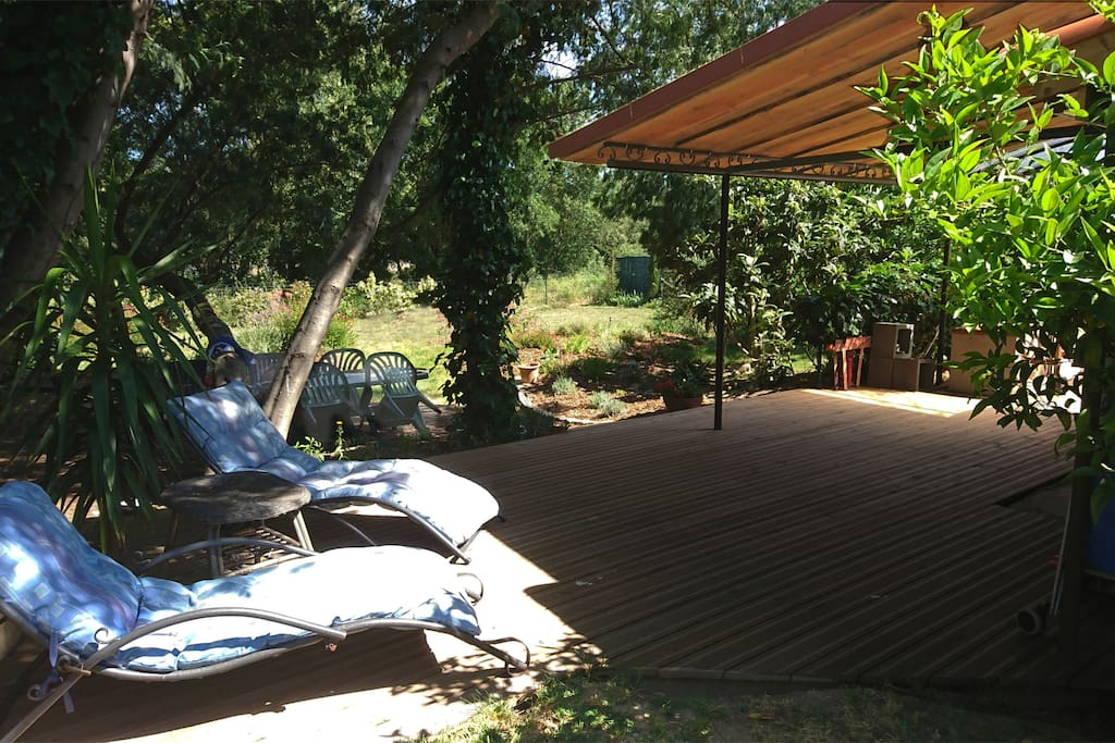 terrasse couverte et ombragée sous les mimosas