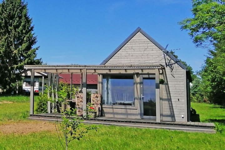 Ein neues, gemütliches Ferienhaus in einem Dorf am Meer. Großer Garten, Spielplatz.