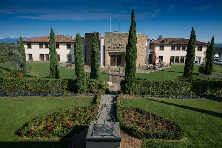Un appartement romantique avec service hôtelier dans les collines toscanes.