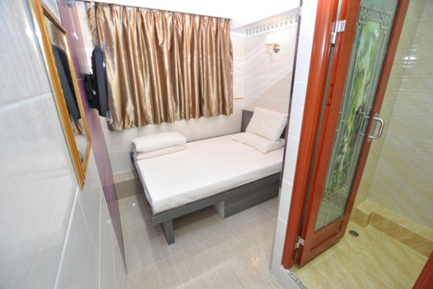 one bed for two people (1.3没*1.8m)24hrs hot water shower free WIFI ,TV, air-con