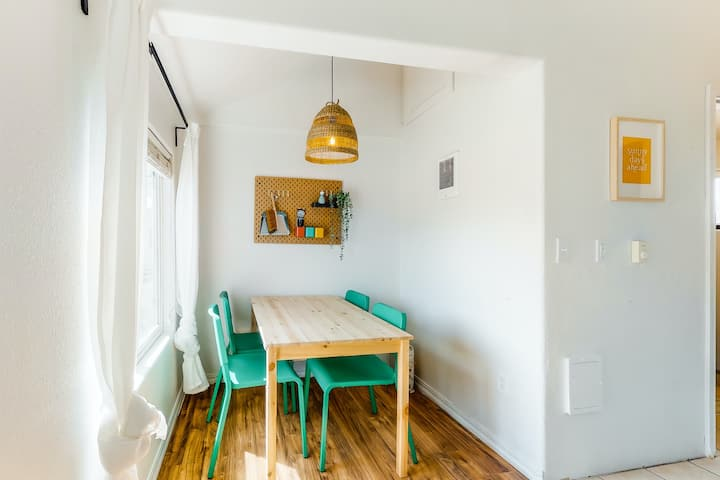 Dog-friendly getaway w/ a full kitchen - walk to the beach!