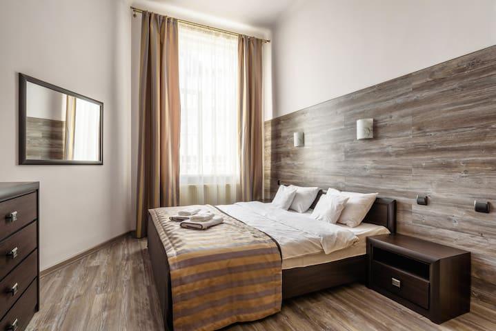 Апартаменты площадью 65м.кв. Большая просторная спальная с кроватью 180*200. В гостинной диван-кровать 160*200.  2 санузла.  Идеальный вариант для семьи из 4х человек или двух пар. Тихая, уютная, чистая и просторная квартира!