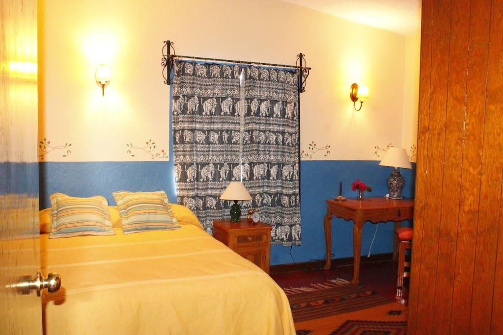 Clean and comfortable bedroom for one or two persons with large closet. Habitación cómoda para una o dos persons con un closet amplio.