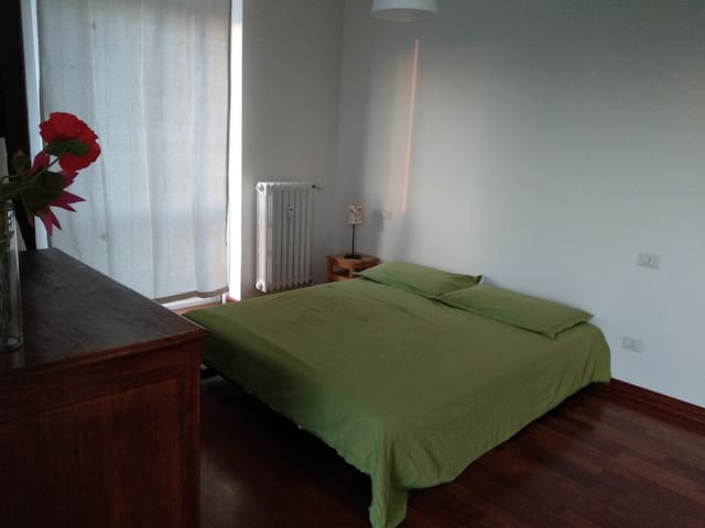 Large and bright room on the Naviglio Grande