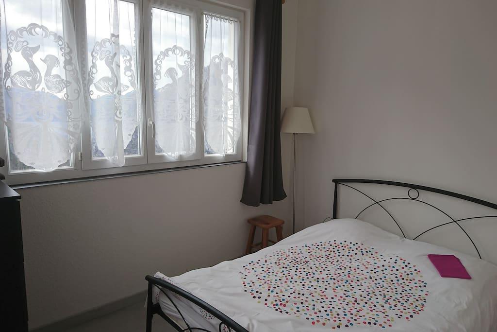Chambre avec lit 2 places et une très jolie vue sur la vallée de la vesubie