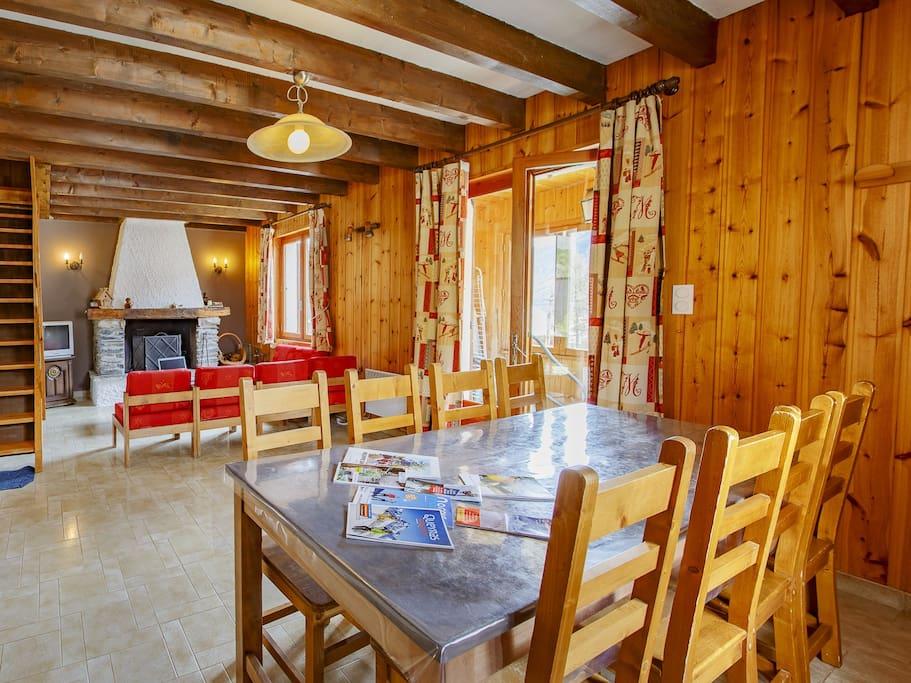 Pièce principale Salle à manger/salon avec cheminée. 1er niveau.