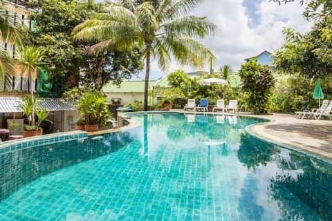 普吉岛芭东班鲁砍公寓两间豪华卧房泳池花园