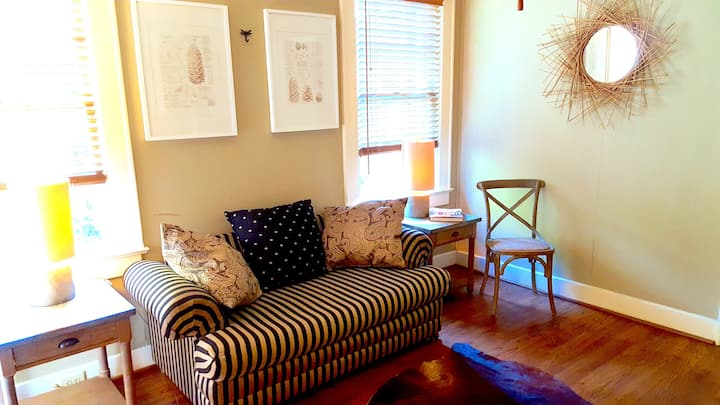 Charming 2 Bedroom Suite in Cloverdale District