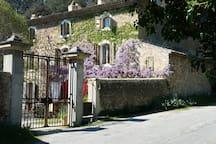 Bastide Provençale du 19ème, charme d'une demeure en pierres au bord d'un hameau.