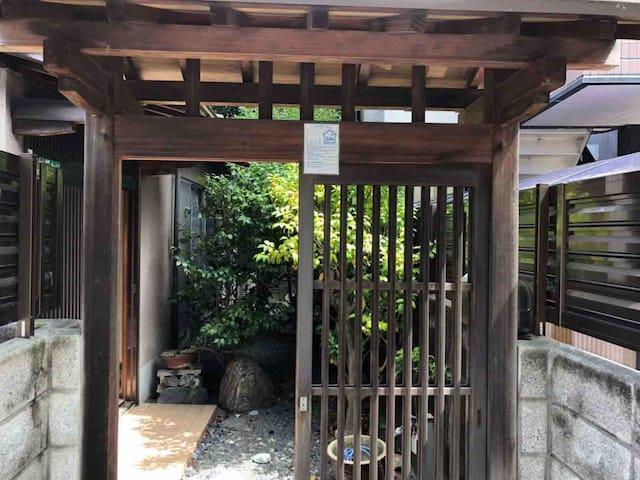 松山観光に最適。2階建て一軒家貸切り。道後温泉駅徒歩5分。スーパー、コンビニも徒歩圏内。