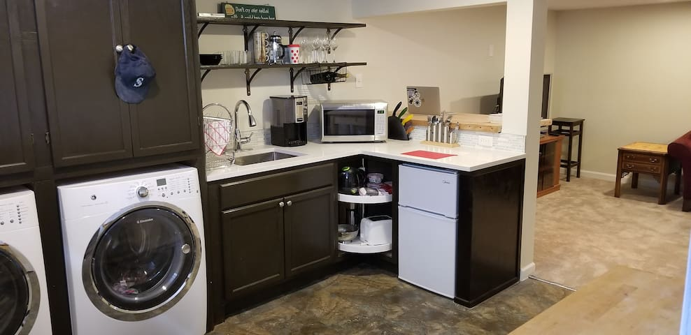 Kitchenette with fridge, toaster, microwave, coffeemaker etc. Prepare quick breakfast or warm you lunch or dinner