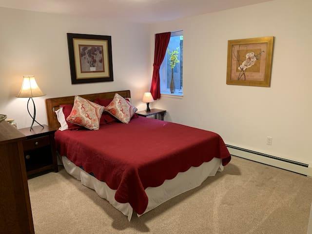 Cozy, Clean Guest-Suite Ctrl Bldr (2 rms +  kit)