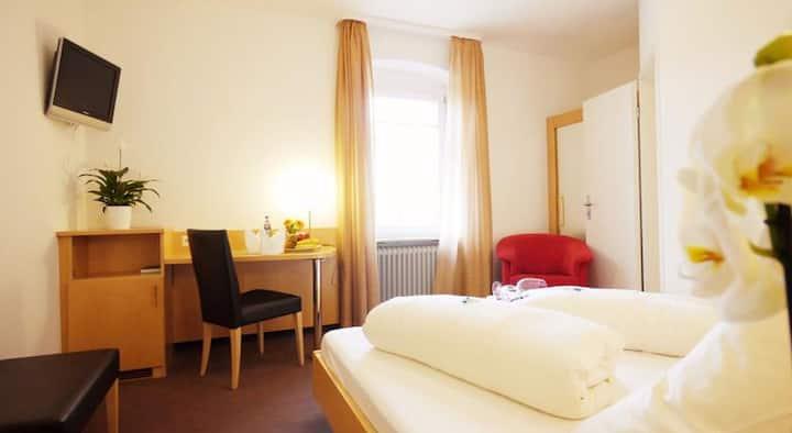 Kreuz-Post Hotel-Restaurant Spa, (Vogtsburg-Burkheim), Doppelzimmer Standard mit Dusche und WC