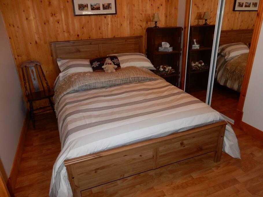 Le confort d'un bon lit douillet dans une chambre aménagée avec goût