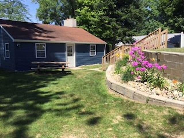 LITTLE BLUE BUNGALOW (Horseshoe Lake) Gowen, MI: Sleeps 5, Hunters/Pets Welcomed