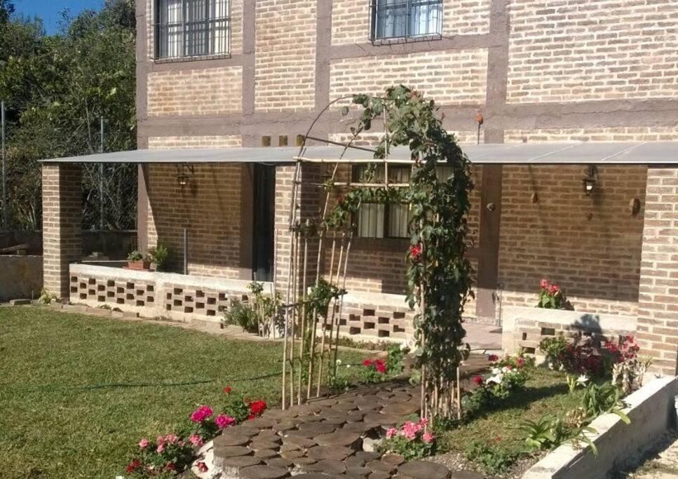 Casa decorada con motivos Mayas. Bien ventilada e iluminada; con jardín y estacionamiento para 4 autos.