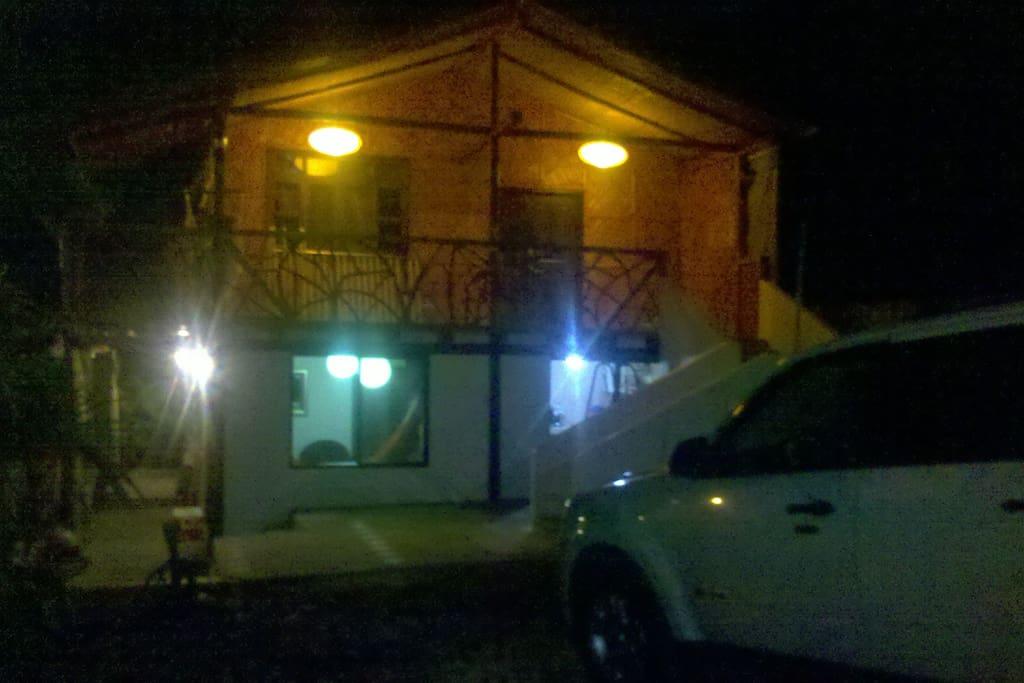 Vista de la casa en la noche