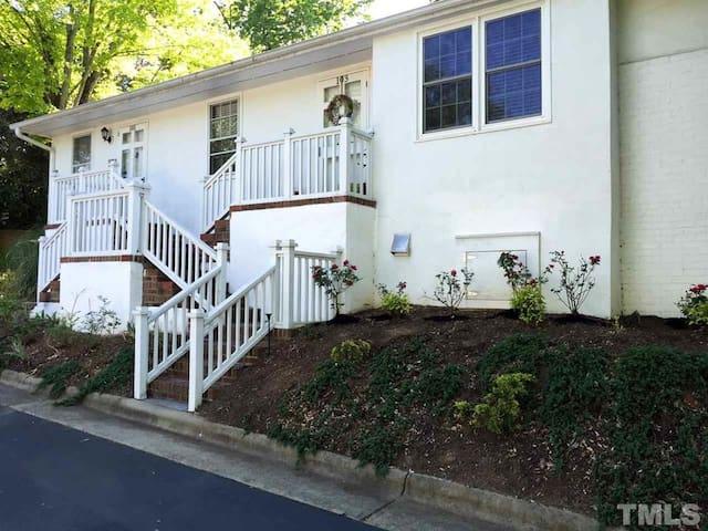 Charming Cameron Village 2BR Condo - Great Locale! - Raleigh - Rumah