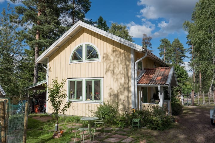 Cute studio house with lake view - Falun - Byt