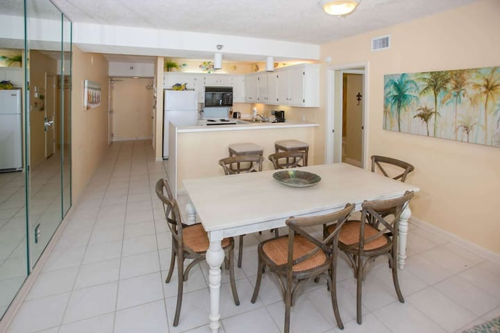 Tiled dining area w/table for 6