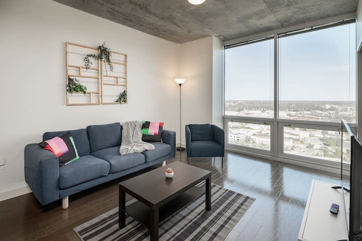 Luxurious 1BR Apt in Uptown w/ Parking