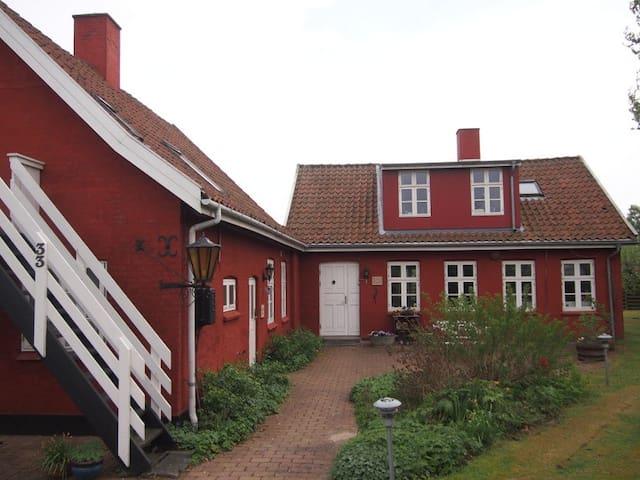 Værelse 2 - til 3 pers. i nyrenoverede Aarhus B&B