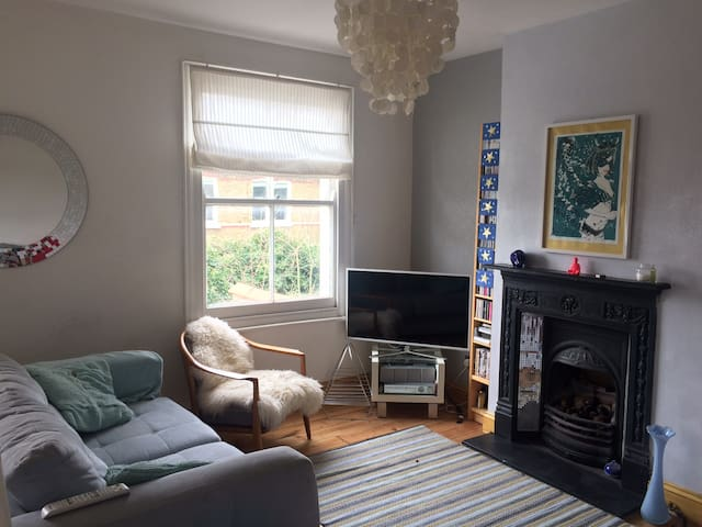 Cosy room in bright flat near park, river & pubs