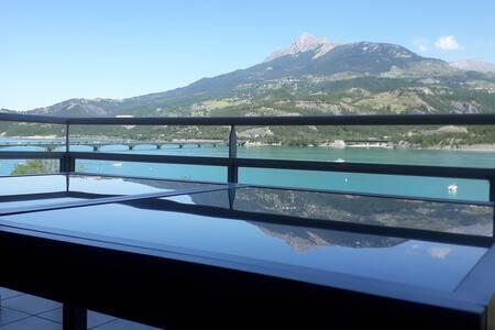 T3  bord du lac vue imprenable sur les montagnes !
