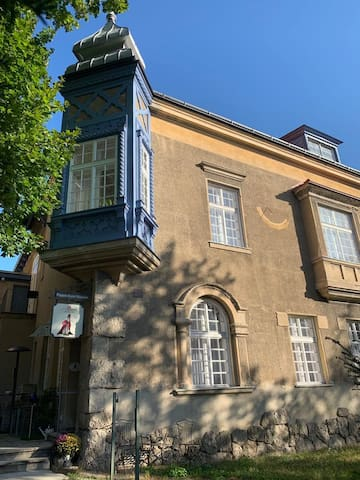 Ansicht Villa Pazelt mit Eingang zum Puppen-Kunst-Museum