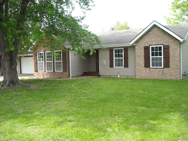 Ozark Home Close to Branson - Ozark - บ้าน