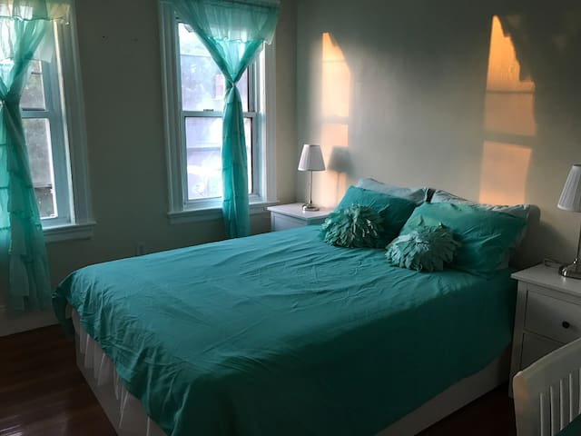 Bedroom-Queen Bed, Near Red Line T, Free WiFi