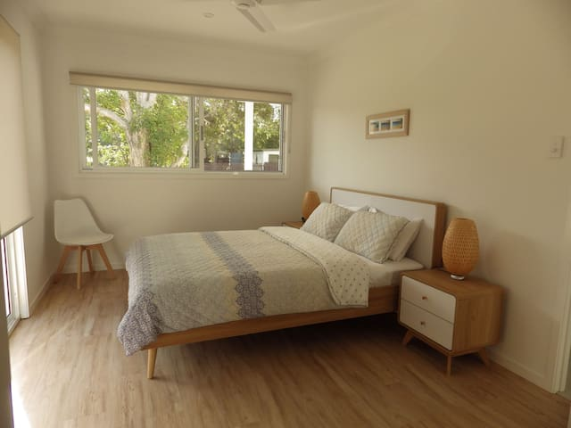 Queen Bed with Linen and towels provided