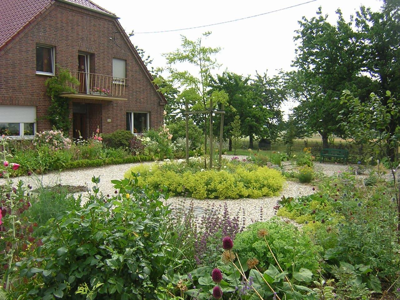 Haus und Blumengarten