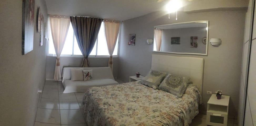 Camera da letto,con letto matrimoniale e divano letto a click ( una piazza e mezzo)