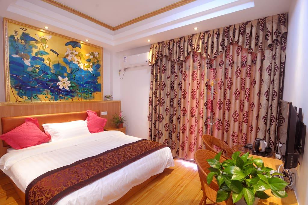 1.8大床,自带小阳台一个,宽敞舒适,位于四楼,可眺望远方的山景!光线充足