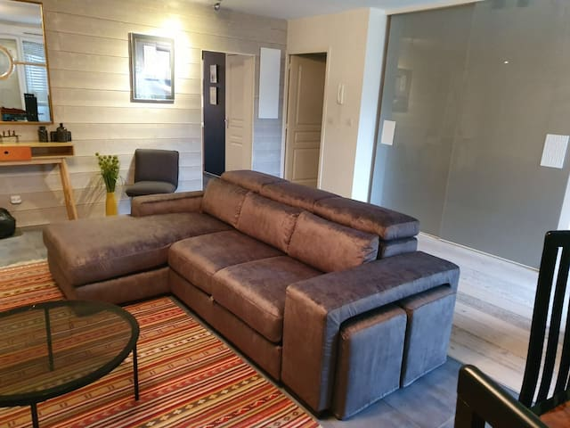 Large comfortable apt close to Old Town wth garage