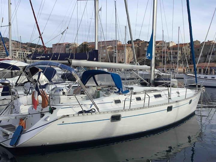 voilier à quai port de plaisance 20110 Propriano