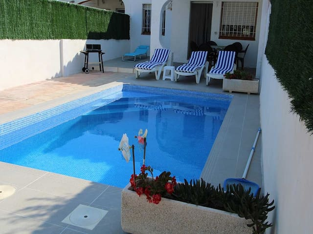 CASA LLUIS,Ideal house for your holidays near the sea, free wifi, air conditioning, private pool, pets allowed, dog's beach.
