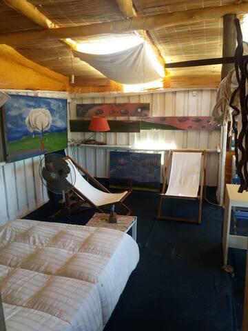Cama de la habitacion Loft  Vidrios en el techo