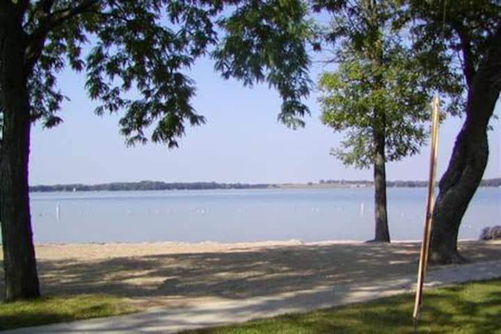 Large House lake access 4 ba, 5 br,  near Madison