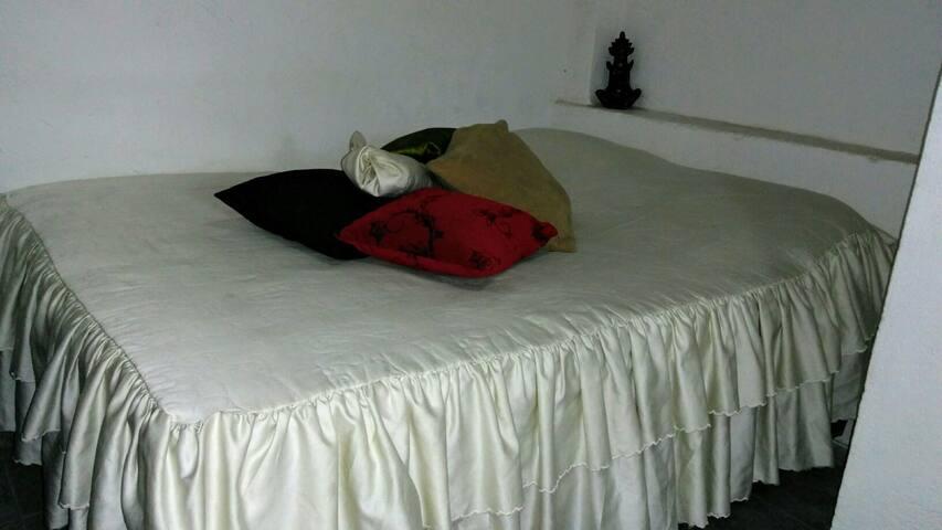 Quarto inteiro c/ cama de casal box mola ensacada.