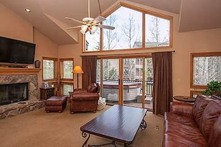 Private hot tub, located 1 block from Main St - sleeps 10! OB11 - Breckenridge - House