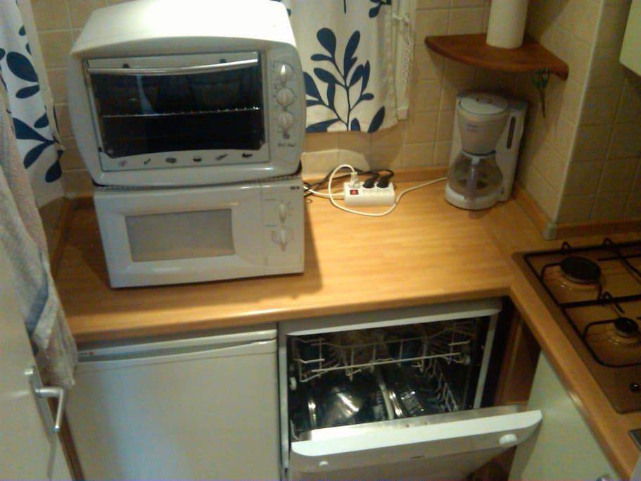 cuisine équipé lave vaisselle, plaque 4 feux gaz, mini four, micro onde