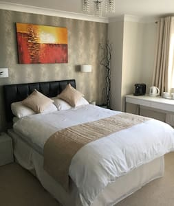 Boutique Style Double Room with En Suite, TV, WiFi - Newhaven - Hus
