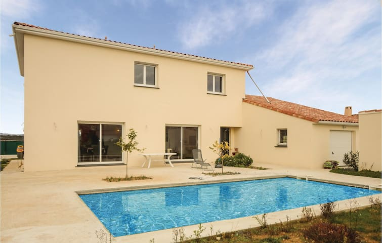 Holiday cottage with 5 bedrooms on 210 m² in Roujan