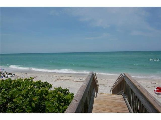 BEACH STEPS AWAY...FAB HEATED POOL 2/2!! FREE WIFI - Englewood - Condominium