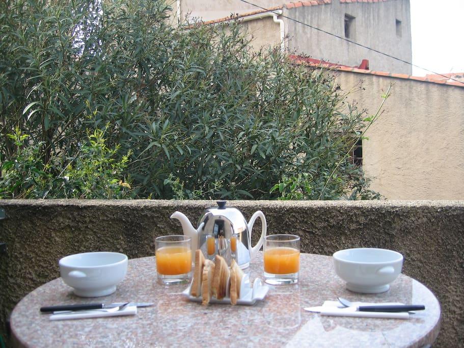 Une autre terrasse pour un petit déjeuner en tête à tête.
